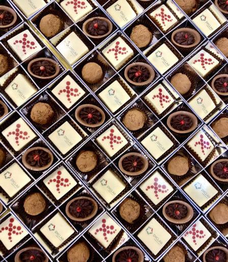 Набор конфет ручной работы с логотипом компании