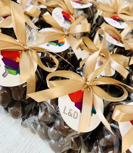 Драже ручной работы в шоколаде с логотипом компании